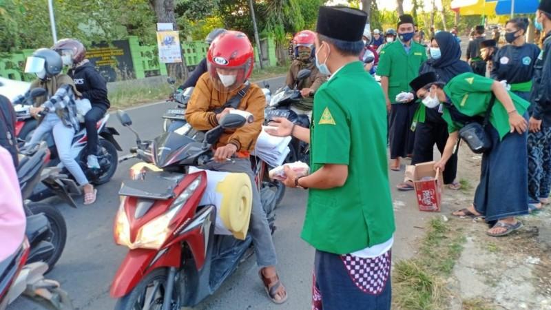 Ansor di Tuban Bagikan 1000 Paket Takjil kepada Masyarakat