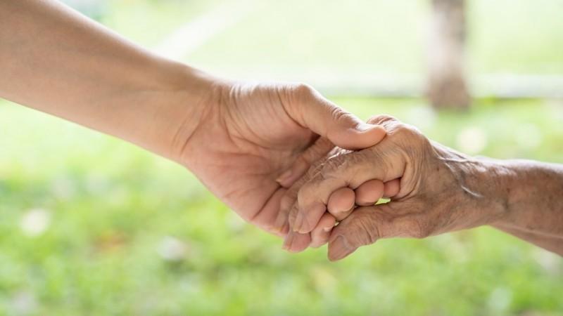 Khutbah Jumat: Keutamaan Berbakti kepada Kedua Orang Tua