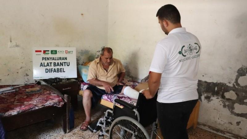 Warga di Jalur Gaza Palestina Terima Bantuan Kursi Roda LAZISNU