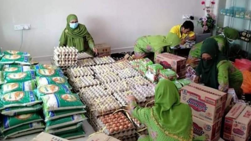 Muslimat Malaysia Ikut Salurkan Sumbangan untuk WNI di Malaysia dan Singapura