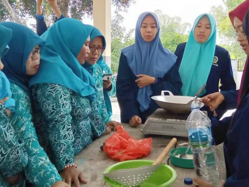 Mahasiswa Unwaha Jombang Latih Ibu-ibu Berwirausaha