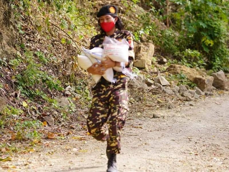 Relawan NU Jalan Kaki Pikul Bantuan Logistik ke Desa Terisolasi di Mamuju