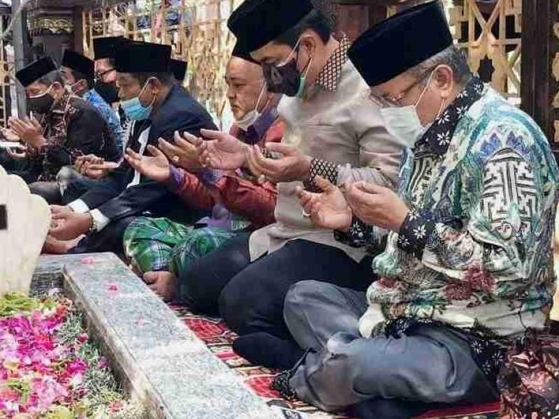 Ketum PBNU KH Said Aqil Siroj Ziarah ke Makam Pendiri NU di Jombang