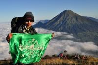 Bendera NU Berkibar di Gunung Sumbing