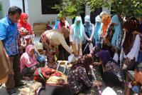Santri Pesantren SAQA Dilatih Buat Batik Ikat Celup