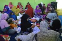 Fatayat NU Paiton Dilatih Buat Hantaran Pengantin
