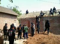 Puluhan Banser Gotong Royong Bantu Warga Bedah Rumah