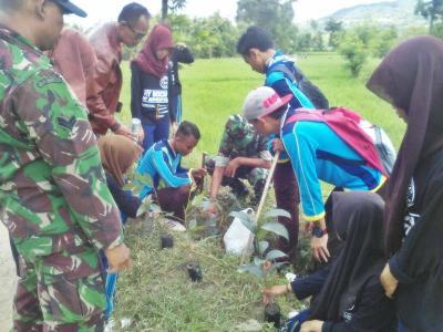 Pahami Islam Nusantara, Ratusan Siswa MA Syafi'iyah Tanam Pohon