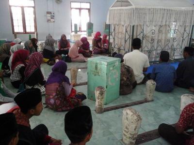 Jelang UN, Pelajar MANU 09 Kendal Tawassul kepada Rasul SAW di Makam Wali