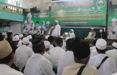 Ribuan Jama'ah Qadiriyah wan Naqsyabandiyah Berzikir di Mranggen