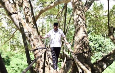 Ketika Mendes Jajal Jembatan Reot di Pandeglang