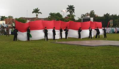 Di Demak, 10.000 Santri Arak Bendera Merah Putih 17 Meter