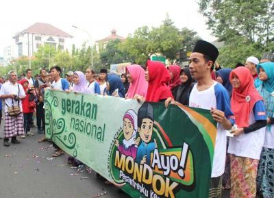 Balaikota Semarang Dipenuhi Warga Bersarung