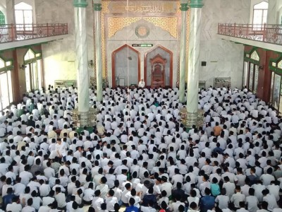 Ribuan Santri Mamba'ul Ma'rif Jombang Gelar Shalat Ghaib untuk Mbah Moen