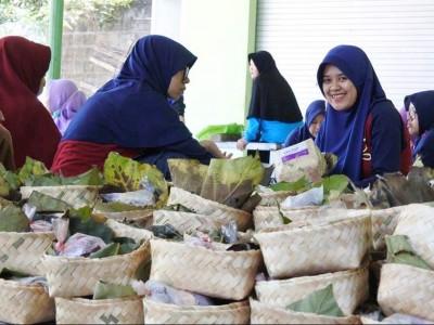 Kurangi Sampah Plastik, Roushon Fikr Jombang Bungkus Daging Kurban dengan Besek