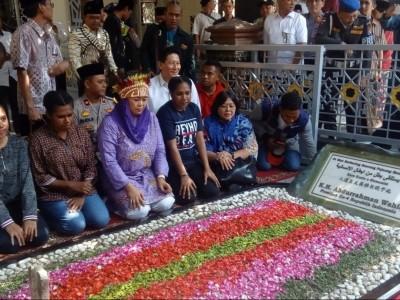 Ciptakan Kesejukan, Yenny Ajak Mahasiswa Papua Ziarahi Makam Gus Dur