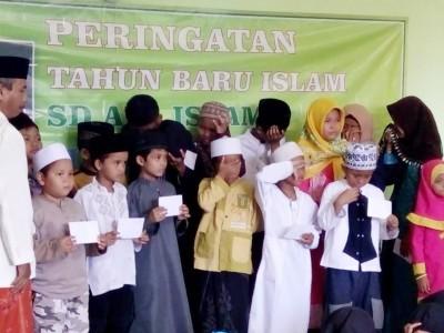 Santunan Muharram, SD Islam Ini Ajarkan Siswanya Cintai Yatim
