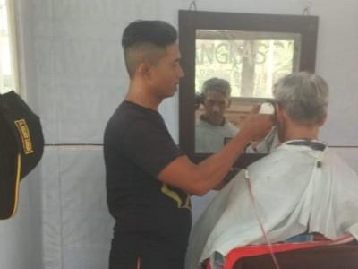 Ketika Banser Dapat Berkah Cukur Rambut Sang Bupati