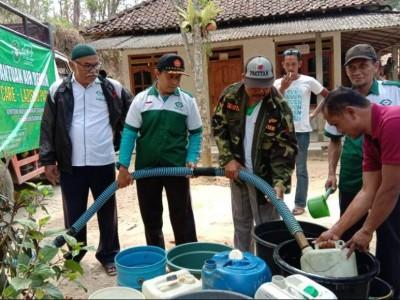 Kekeringan, LAZISNU Pacitan Salurkan Air Bersih ke Sudimoro