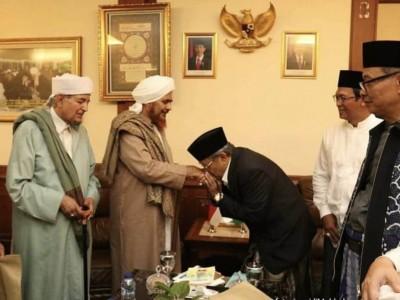 Saat Kiai Said Cium Tangan Habib Umar bin Hafidz
