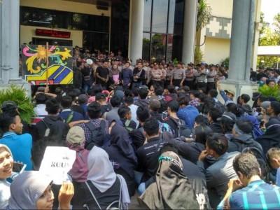 Tuntut Perppu KPK, Latunan Shalawat Warnai Demo Mahasiswa Jember