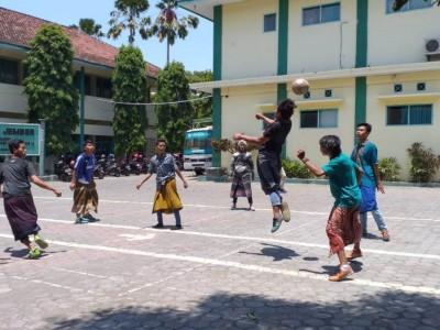 Futsal Sarungan dan Fashion Show Warnai Hari Santri di UIJ