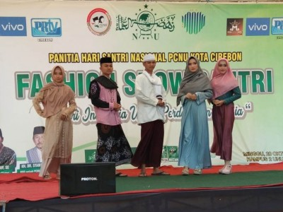 Lomba 'Fashion Show' Meriahkan Peringatan Hari Santri PCNU Kota Cirebon