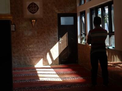 Bernazar Shalat di Masjid X, Bolehkah Dilaksanakan di Masjid Lain?