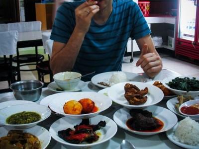 Hukum Mengonsumsi Makanan yang Kehalalannya Diragukan