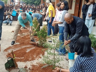 Kampanyekan Eco-Islam, Wahid Fundation-DW Indonesia Tanam Pohon di Pesantren Al-Tsaqafah