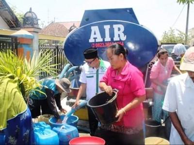 Belum Turun Hujan, LAZISNU di Lamongan Bagikan Air Bersih
