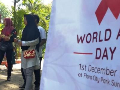 Peringati Hari AIDS, Mahasiswa UINSA Surabaya Bagikan Bunga