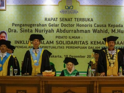 Nyai Sinta Nuriyah Terima Anugerah Doktor Kehormatan UIN Yogyakarta