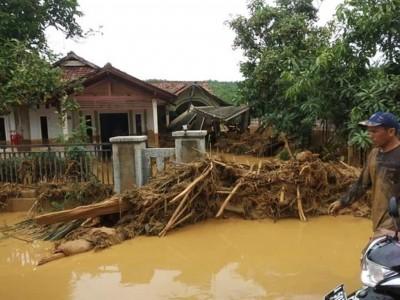 NU Lebak Bergotong Royong Bantu Warga Terdampak Banjir di Cipanas
