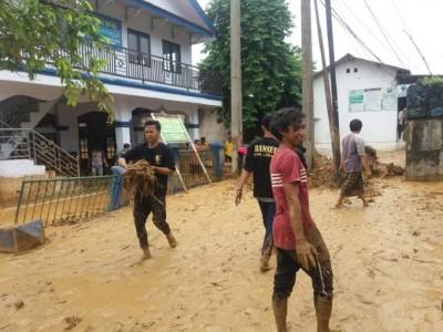 GP Ansor-Banser Lebak Bersihkan Masjid-Rumah Warga Akibat Banjir Bandang