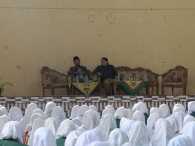 Gus Ulil Ngaji Ihya Dadakan di Pesantren Miftahul Huda Manonjaya
