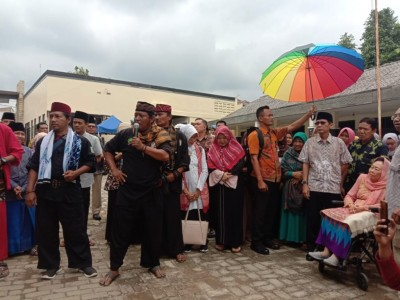Hadiri Haul, Nyai Sinta Nuriyah Sumringah Disambut Tradisi Palang Pintu