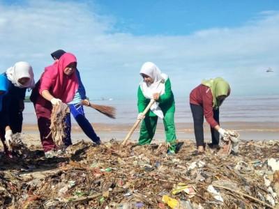 Peduli Lingkungan, Muslimat NU Jepara Bersih-bersih Pantai