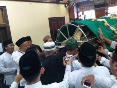 Lantunan Tahlil Iringi Kedatangan Jenazah Gus Sholah di Tebuireng