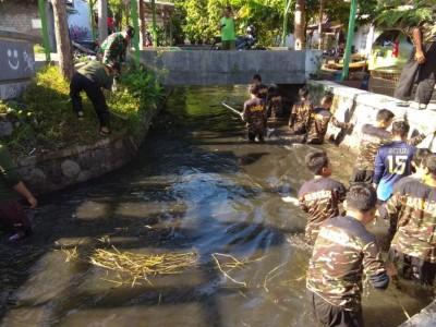 Banser Tulungagung Bersih-bersih Sungai Jenes