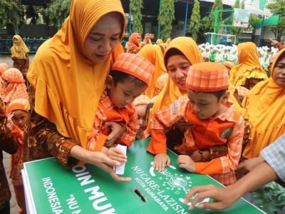 Siswa-siswi Sekolah Ta'miriyah Surabaya Sisihkan Uang untuk Muktamar NU
