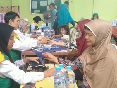Warga Kenjeran, Surabaya Dapat Pengobatan Gratis dari Tim Baksos MWCNU