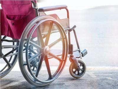Hukum Bawa Kursi Roda, Tongkat, atau Protese Kotor ke Dalam Masjid