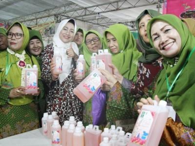 Peringati Harlah Ke-74, Muslimat NU Bumiayu Gelar Bazar UMKM