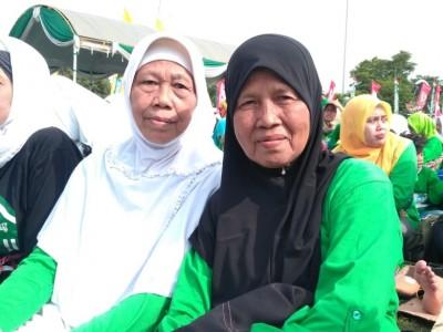 Cinta NU, Nenek 69 Tahun Ini Semangat Jalan Pagi Bareng Gus Mus