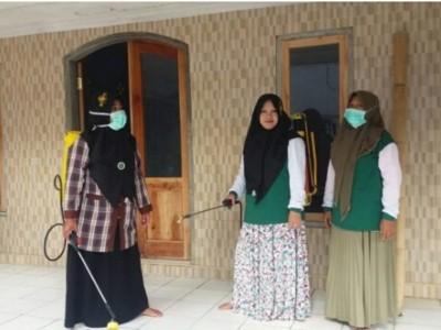 MWCNU Ledokombo Jember Guyur Disinfektan, Fatayat Ikut Pikul Tangki Semprot