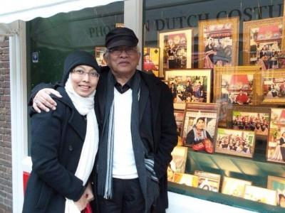 Bantu Korban Corona, Ienas Tsuroiya Lelang Lukisan Gus Mus dan Blangkon Suaminya