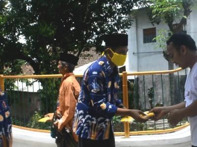 Fakultas Tarbiyah UIJ Bagi Ribuan Masker dan Beri Pencerahan Warga Desa