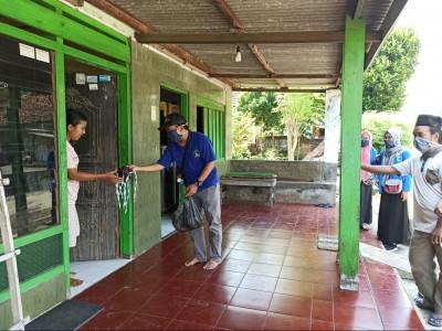 Kader PMII Jombang Bagikan Ratusan Masker ke Rumah Warga