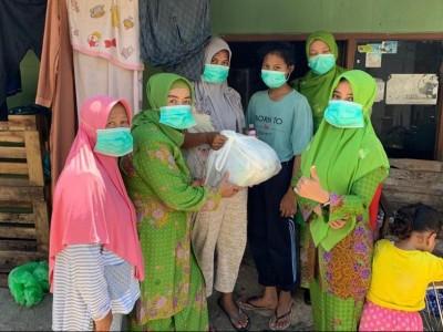Muslimat NU Semarang Bagikan 100 Paket Sembako untuk Warga Terdampak Corona